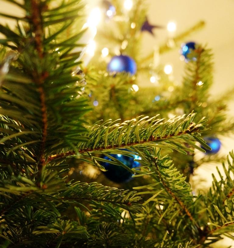 weihnachtsbaum-christbaum-kerzen-kugeln